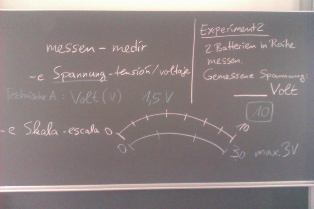 """Tafelbild zum ersten Experiment """"Spannung einer Batterie messen"""""""
